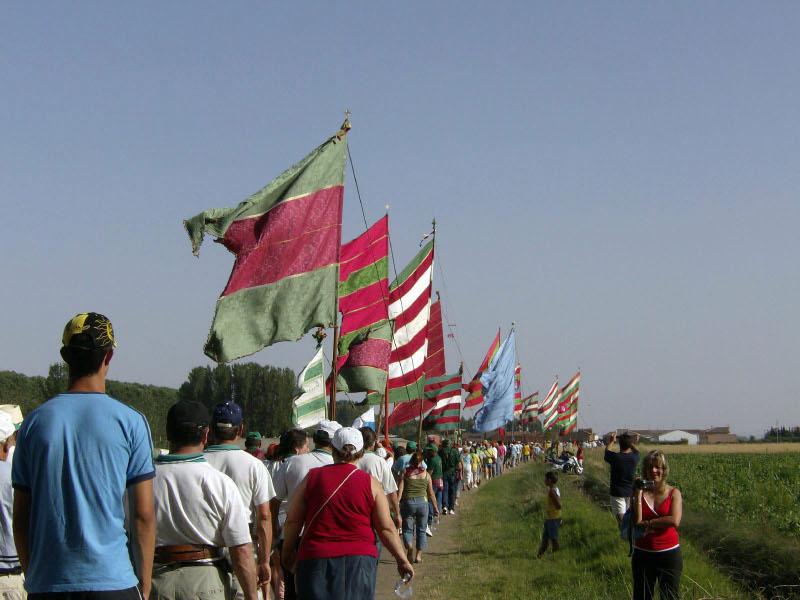 I desfile de pendones en Santibáñez de la Isla (4 de agosto de 2007)