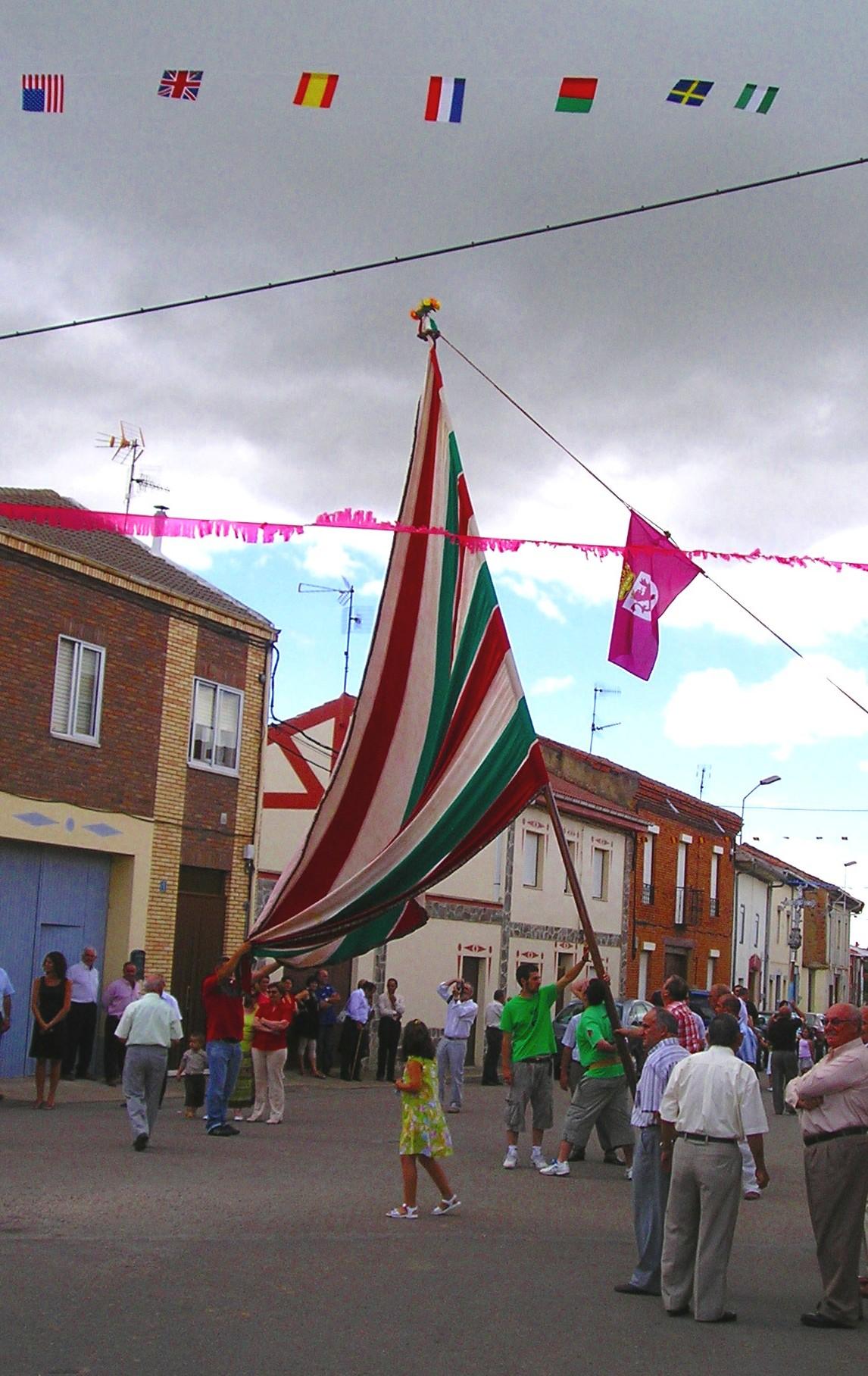 Exhibición con el pendón de San Cristóbal de la Polantera en frente de la iglesia