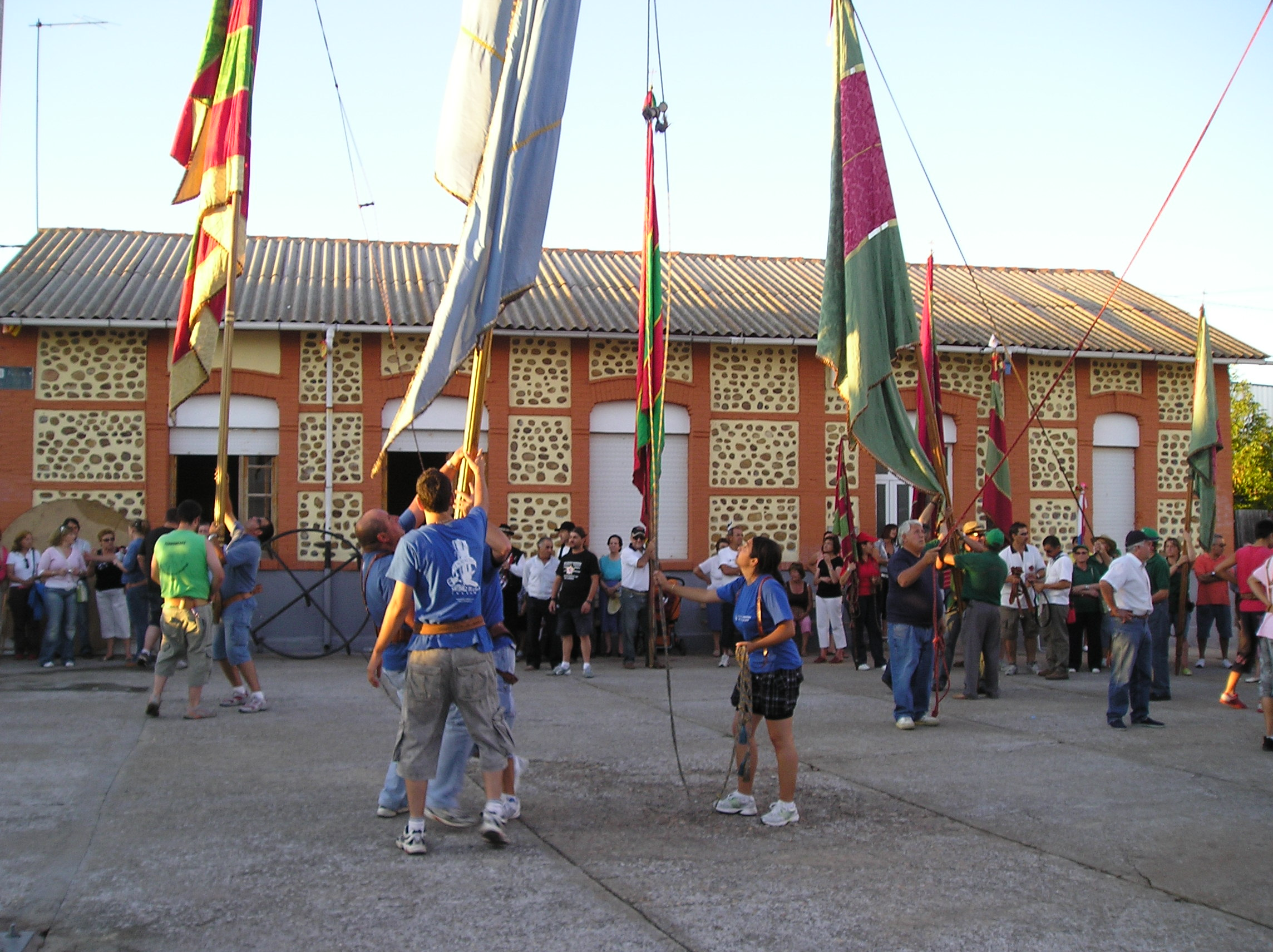 Los pendones asistentes en la plaza de Huerga de Frailes