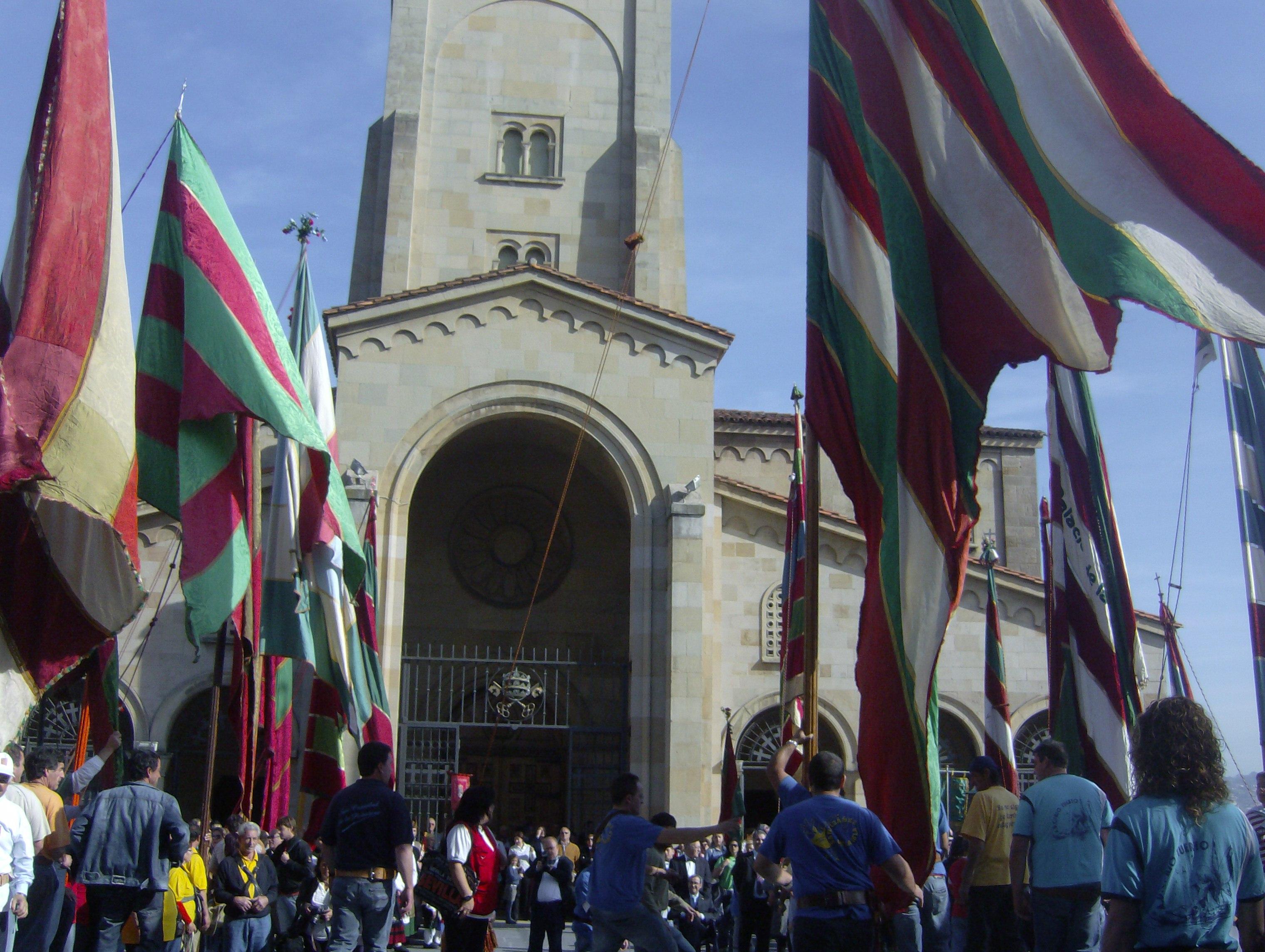 Los pendones llegando a la iglesia de San Pedro