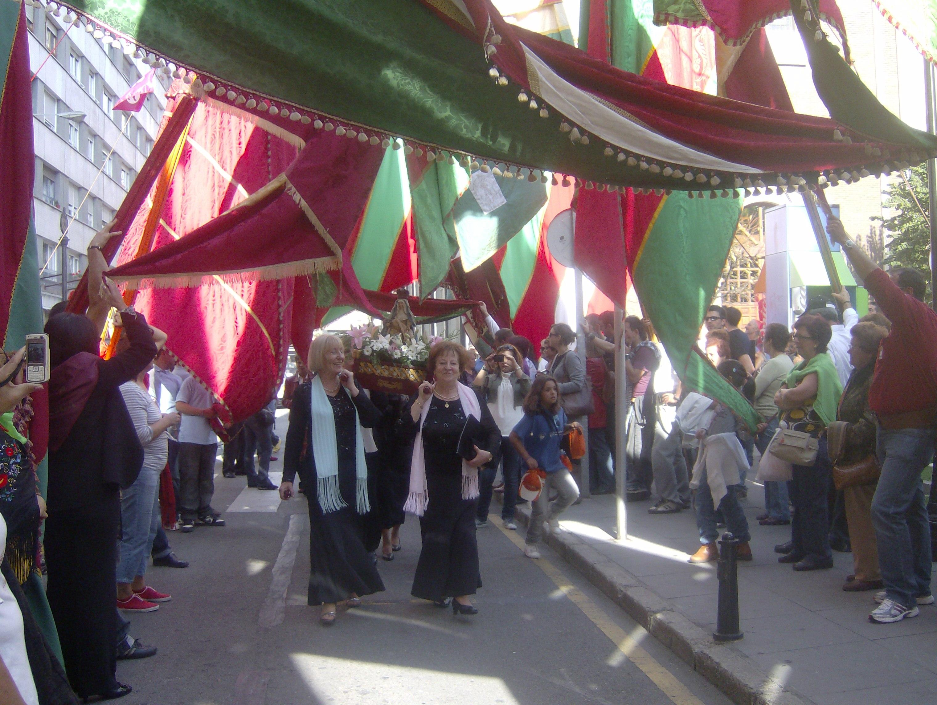 Los pendones haciendo el pasillo en La Casa de León en Asturias