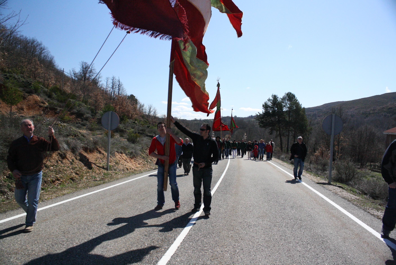 Los pendones dirigiéndose a Valdesamario