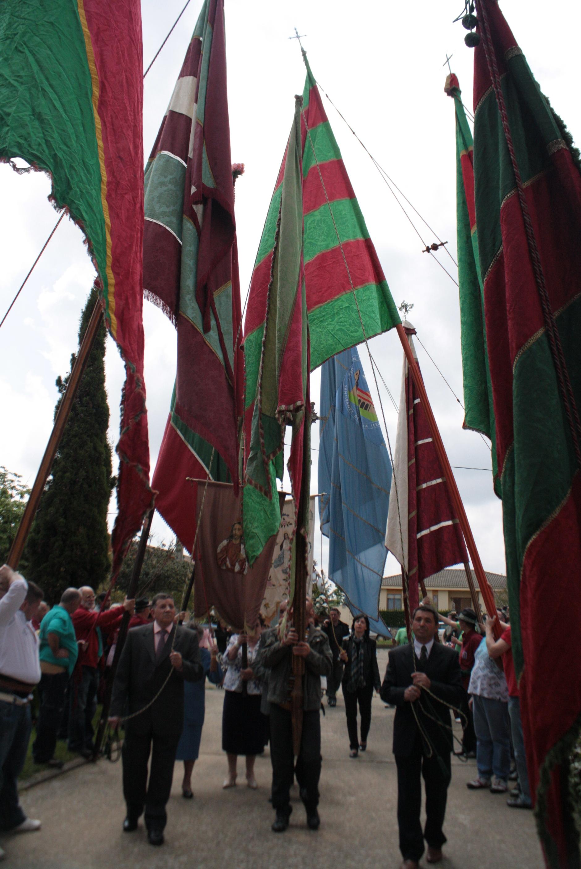 La procesión entrando en la iglesia de Benamariel