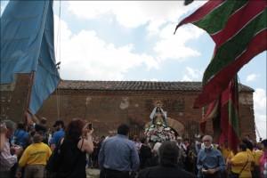 La Virgen de Perales a la entrada de la ermita