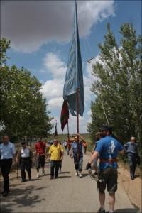 El pendón de Santibáñez encabezando la procesión