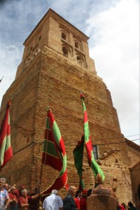 La torre de la iglesia de Vallecillo sobre los pendones