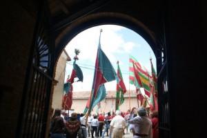 Los pendones vistos desde la puerta de la iglesia de Vallecillo
